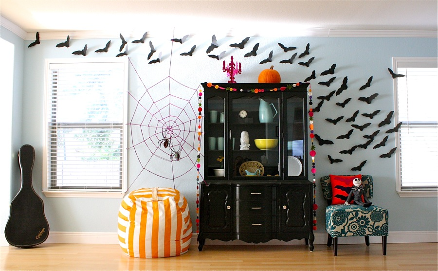 Diy halloween decorations spooky spider web and a giant for Decoration bureau maison