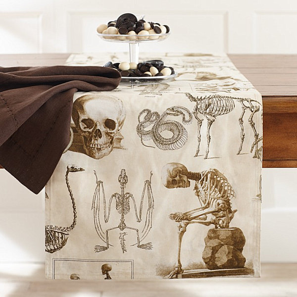 Halloween-themed table runner LAST DETAILS WITH 20 FABULOUS DECOR IDEAS FOR HALLOWEEN LAST DETAILS WITH 20 FABULOUS DECOR IDEAS FOR HALLOWEEN Halloween themed table runner