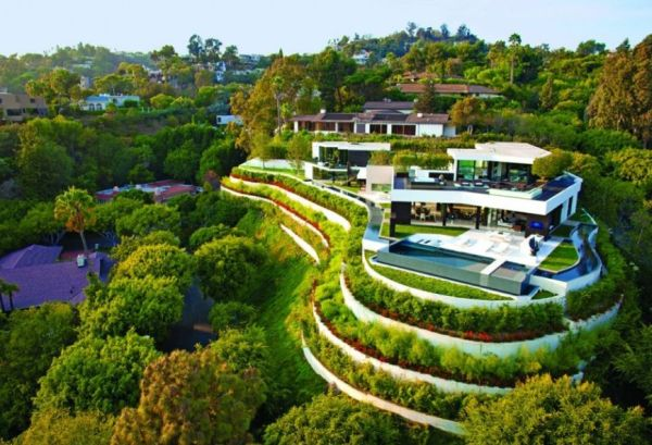 Lavish Beverly Hills Residence Brings Home The Holiday Retreat Style!