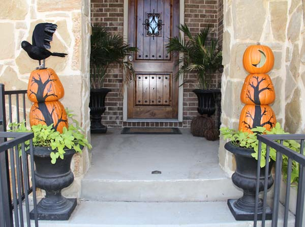 Simple yet highly  effective front porch Halloween decor idea