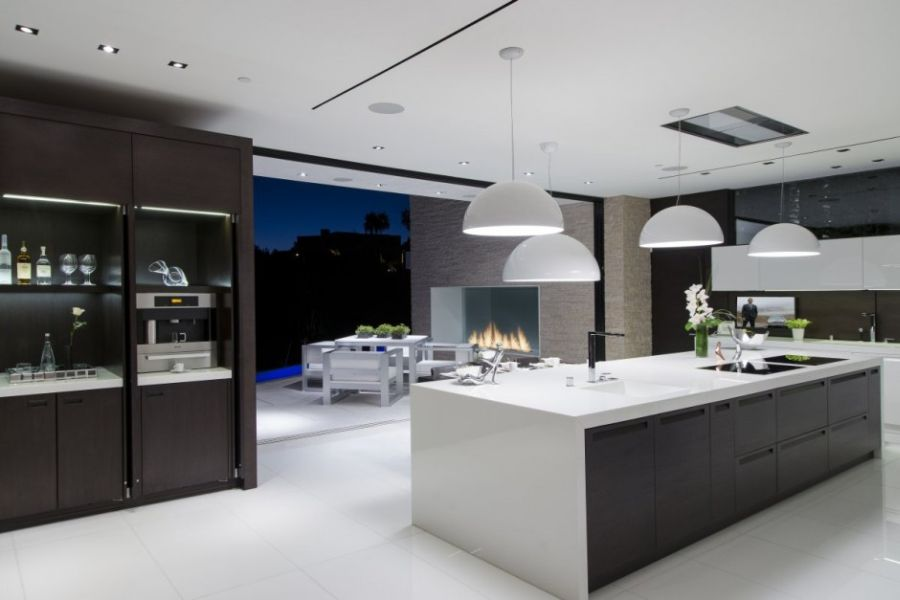 Lavish beverly hills residence brings home the holiday for Cuisine contemporaine design