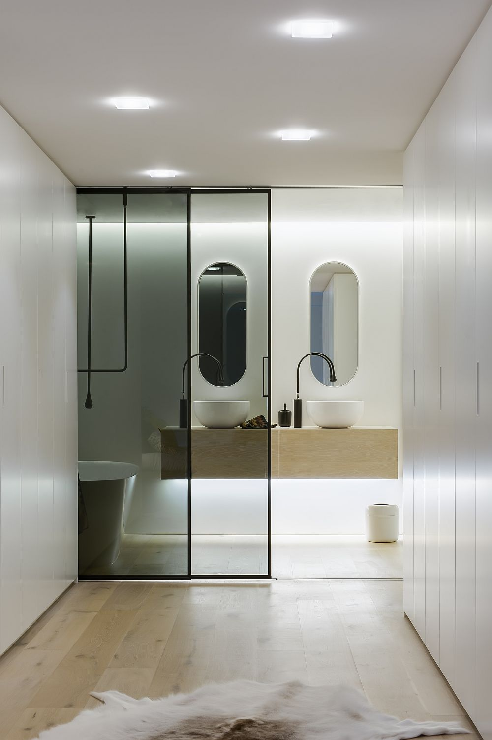 Transparent Valeria sliding door system by Rimadesio
