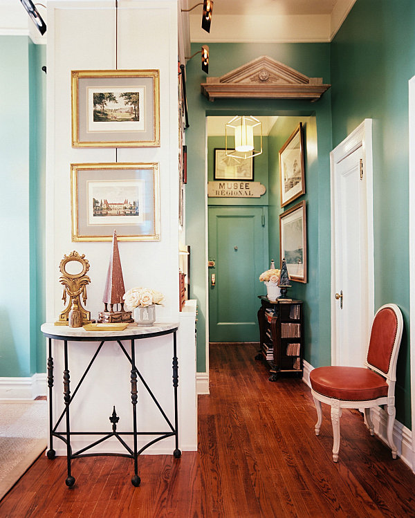 Hallway decorating ideas that sparkle with modern style for Foyer paint color decorating ideas