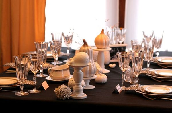 Classy and tastefull thanksgiving table arrangement in black and white