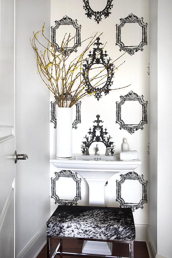 Frame-motif wallpaper adds a bold touch