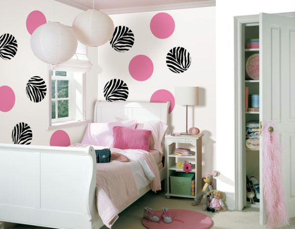 Girls' bedroom in pink and white with a chic sleigh bed