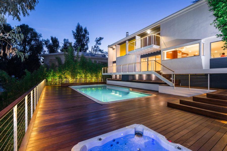 LED lighting adds warmth to the backyard