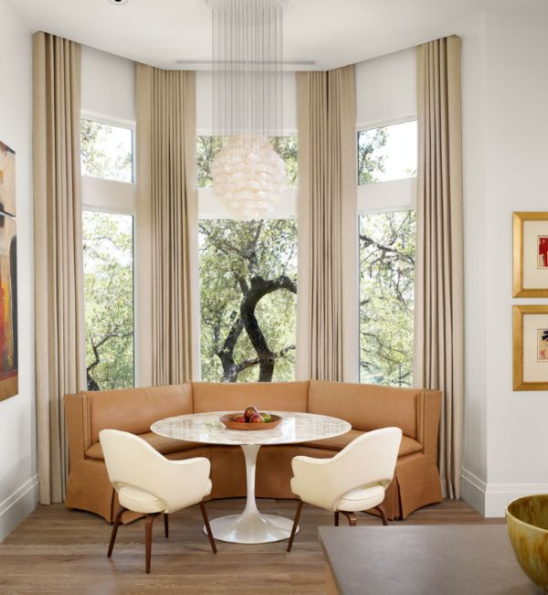 Saarinen Tulip table and the executive armchairs add glamor to the modern dining room