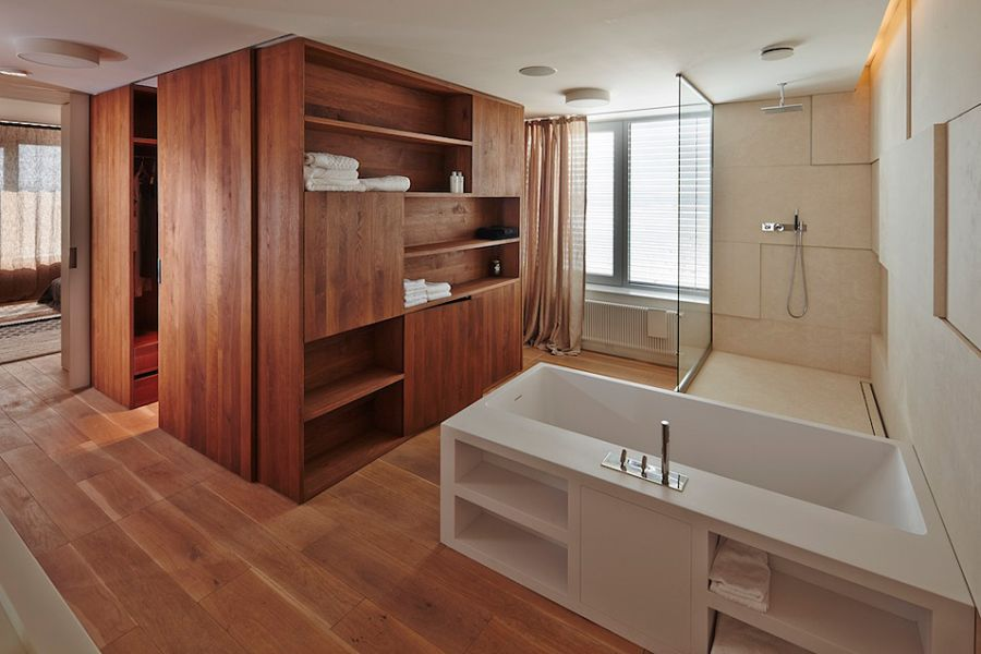 Spacious and refreshing apartment bathroom