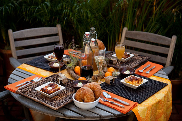 Brunch table decor goodies to try this weekend for Outdoor brunch decorating ideas
