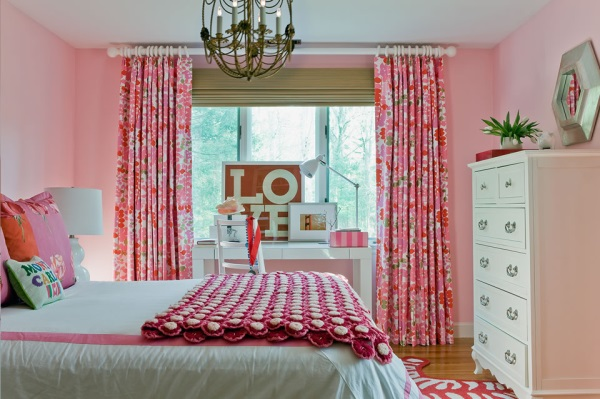 Colorful details in a girl's bedroom