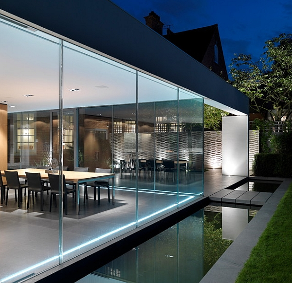 Compact external reflecting pool for a contemporary home