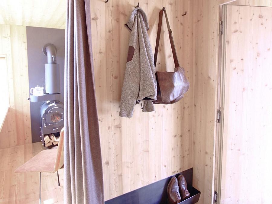 Entrance room at the Ufogel cabin