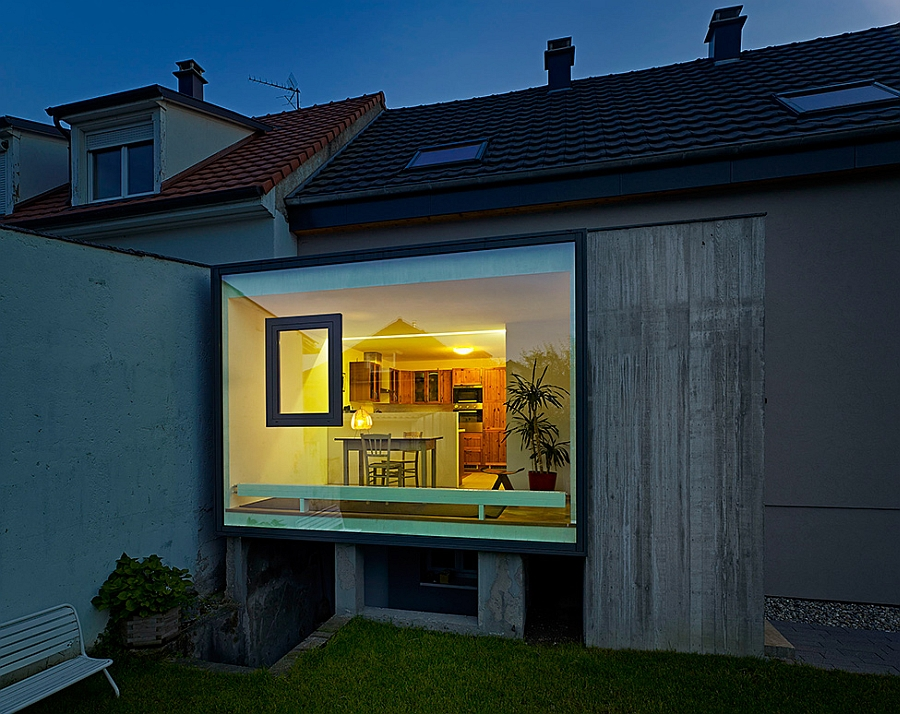 Exterior of stylisg glass Extension C Ingenious Glass Cube Showcases A Bold And Brilliant Home Extension