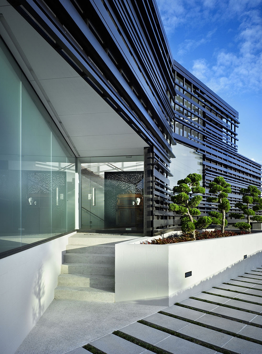 Frosted glass facade of the Auckland House Exclusive Facade And Expansive Bay Views Shape Exquisite Auckland Home