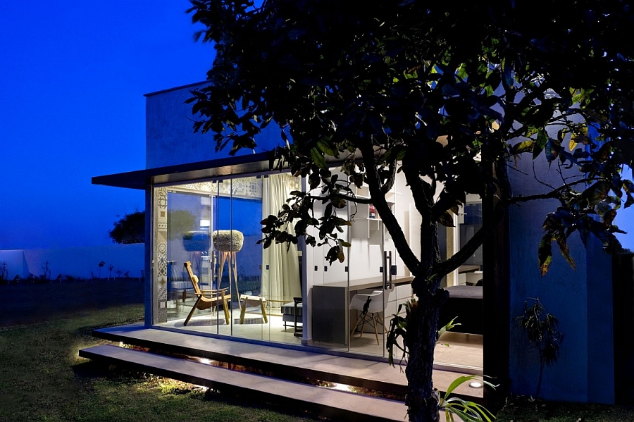 Glass walls blur borders between outdoors and interior