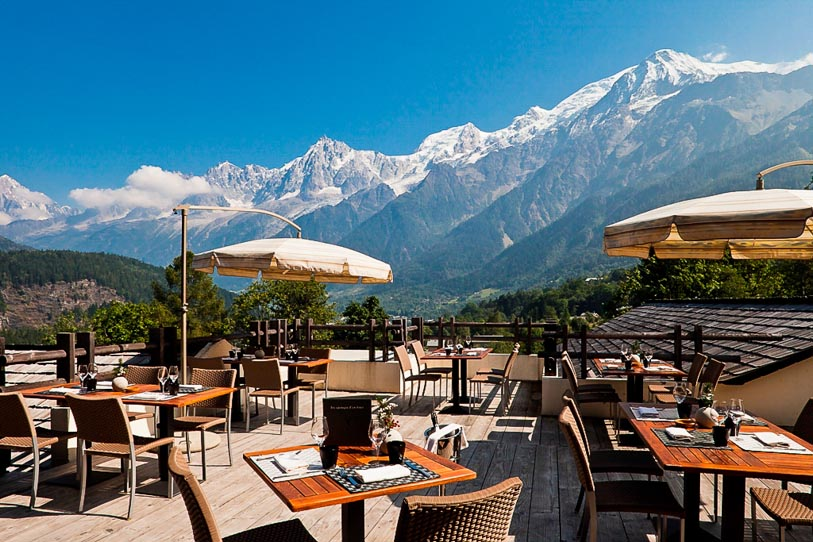 Outdoor dinings pace with view of the Alps