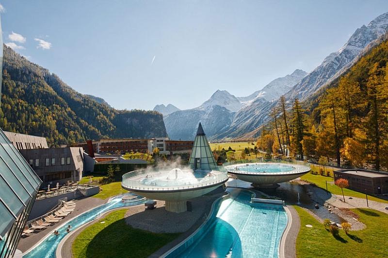 Bowl shaped pools al the Aqua Dome Resort