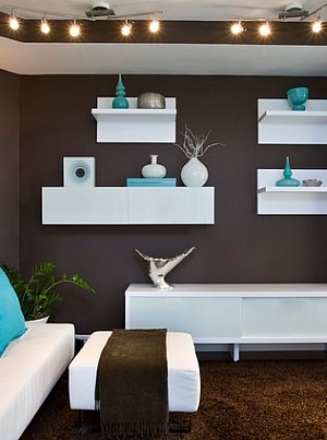 Brilliant turquoise accents in the living room