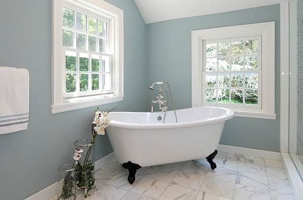 Claw foot tub with a subtle addition of contrasting color