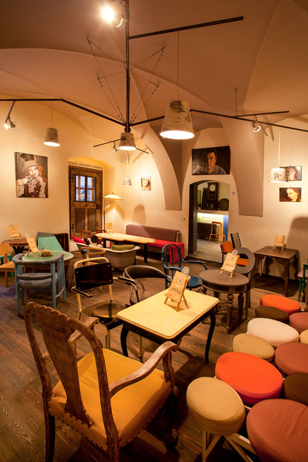 Eclectic coffee shop design in the heart of transylvania for Design interior cafe vintage