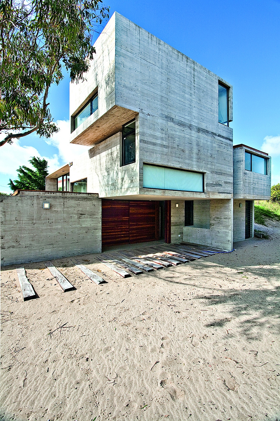 Modern house ushers in industrial style with raw concrete for Exterior de casas