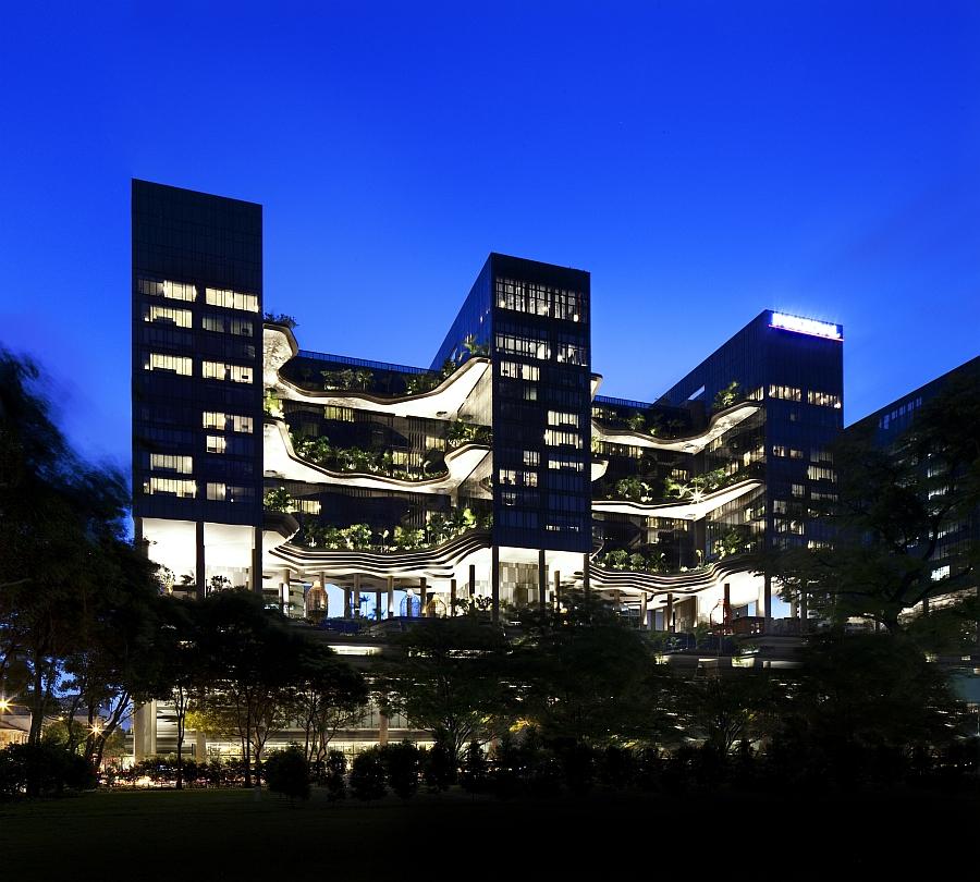 Facade of the green Singapoer Hotel