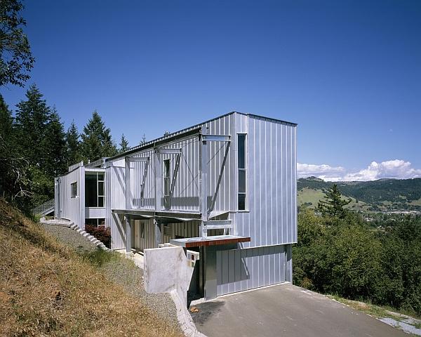 Metallic facade of residence for a sculptor