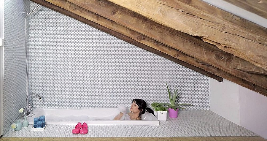 Space-saving bathtub design in loft apartment