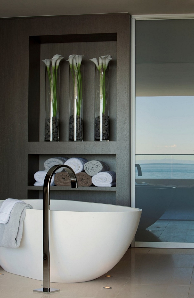 Incredible beach house in california brings the ocean indoors for Bathroom decor vases