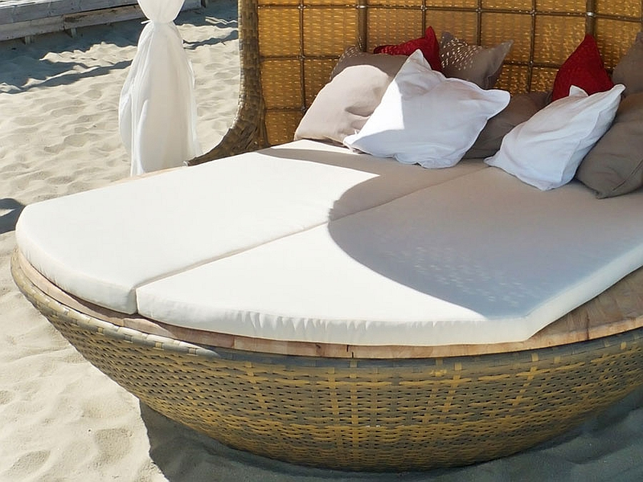 fabulous and comfy daybed design perfect for the beach