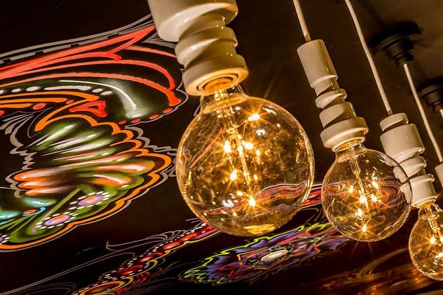 hanging lights that accentuate the restaurant vibe
