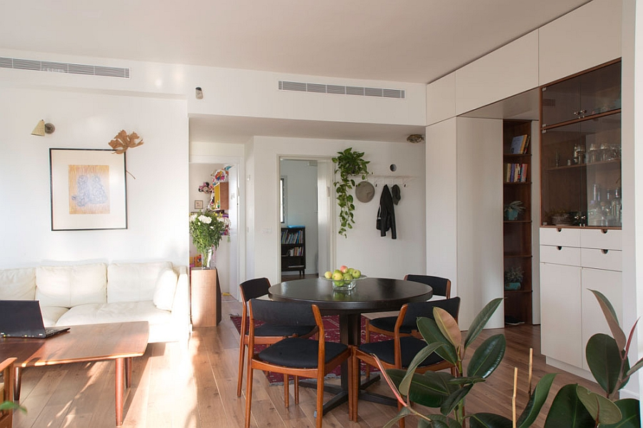 Tiny dining room in the Tel Aviv Apartment