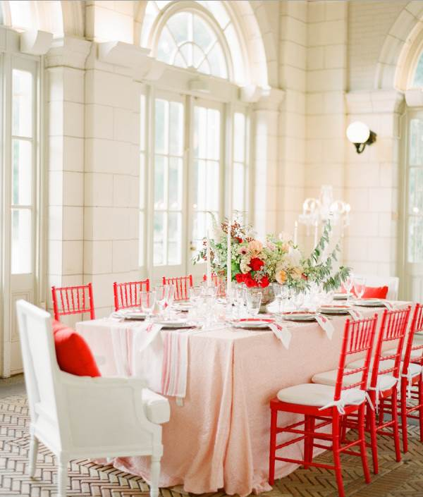Wedding table with blush and red details