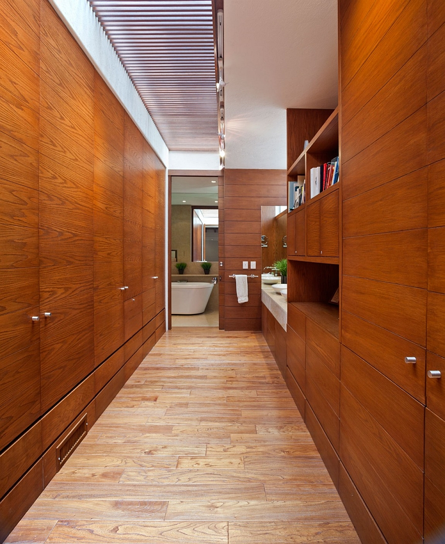 Exqusite bathroom covered in wood