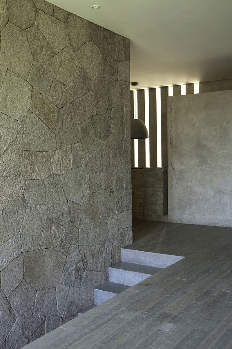 Interior that combines rustic and minimal styles