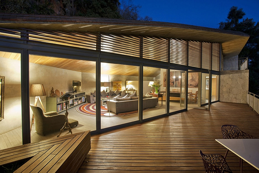 Luxurious casa l showcases beautiful lake views and a bold for Casa living
