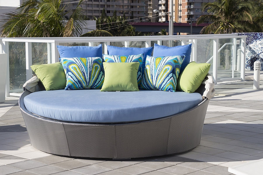 Aqua Daybed with Canopy and cool throw pillows Aqua Daybed: Customizable Outdoor Decor Lets You To Relax In Style!