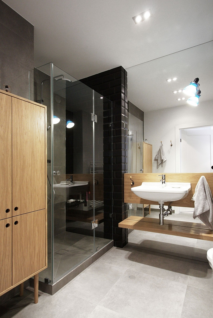 Bathroom in black and white with wooden tones