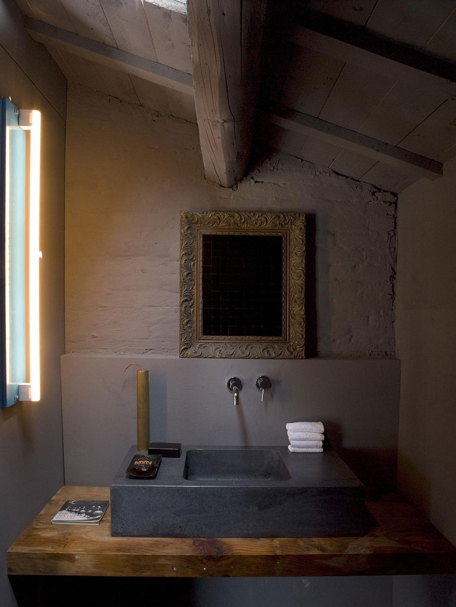 Bathroom that embraces the unpolished wood and exposed concrete surfaces