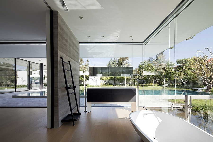 Bathroom that offers unabated view of the outdoors