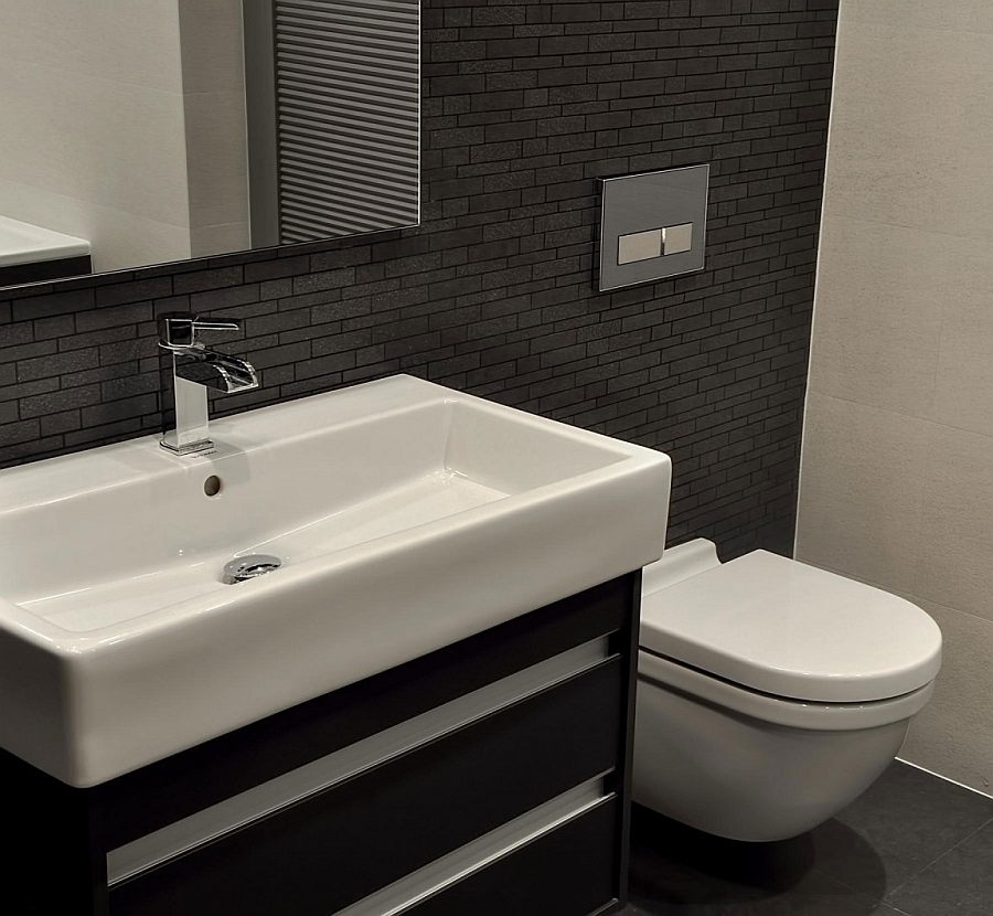 Bathroom that uses the black and white color scheme