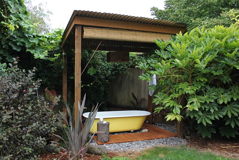 Bathtub in yellow in the backyard is an idea you can take to the bathroom!