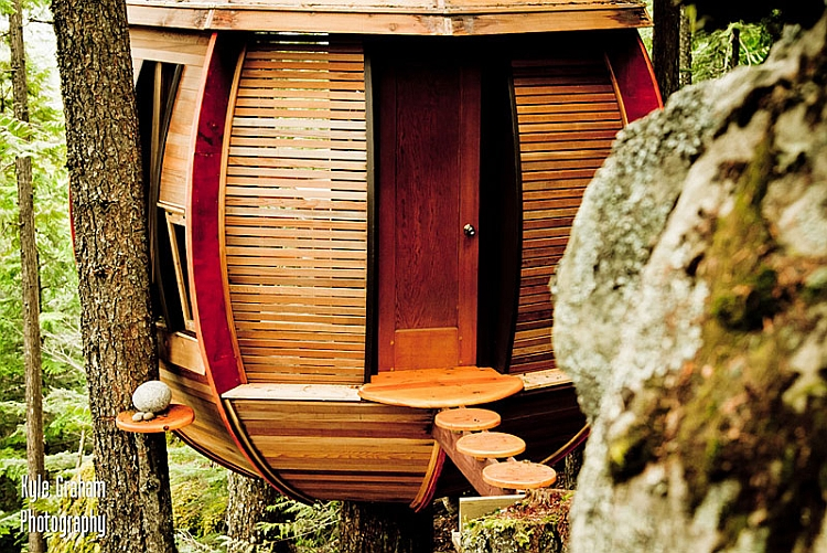 Entrance to the ingenious treehouse cabin by Joel Allen