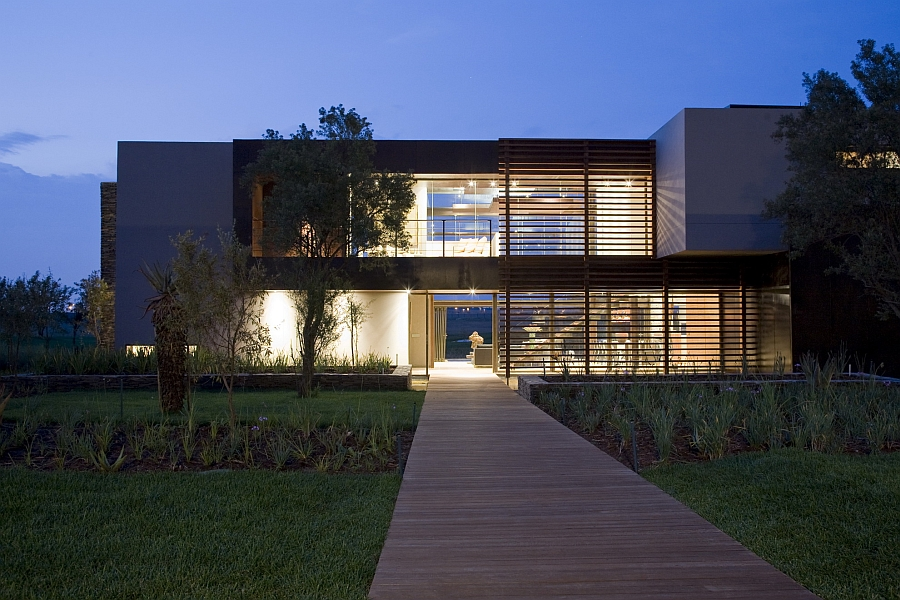 Front view of House Serengeti in South Africa House Serengeti: Sharp Angles, Contemporary Architecture & Luxurious Decor