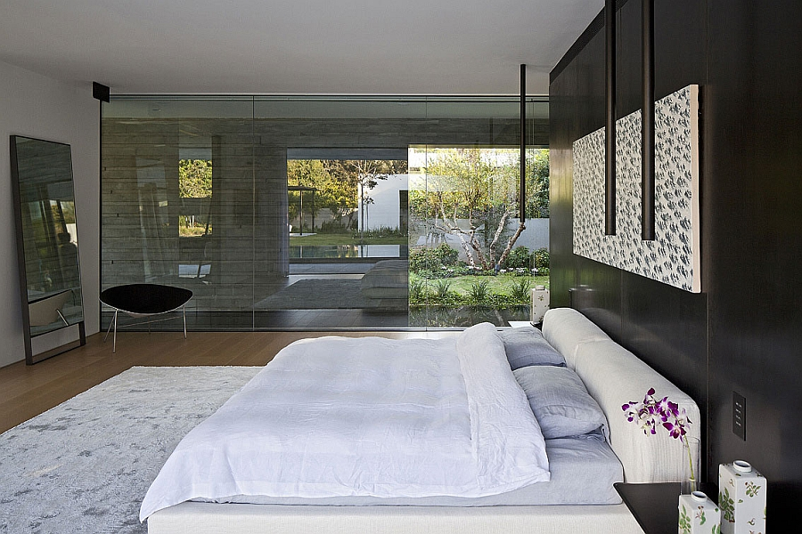 Luxurious bedroom with asimple, modern design