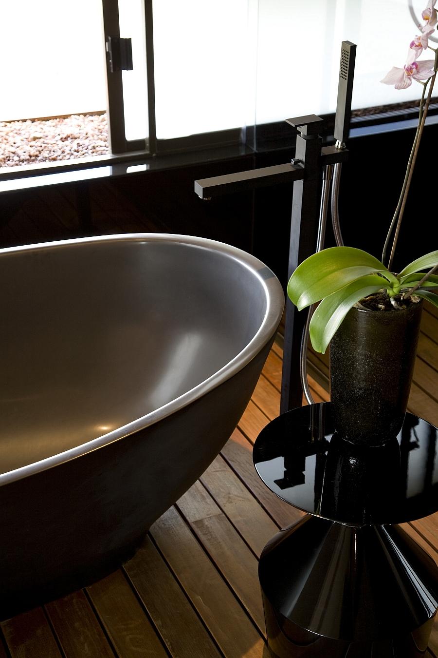 Standalone bathtub in grey