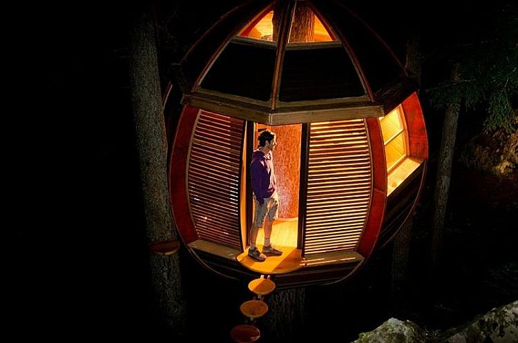 Treehouse cabin HemLoft at night