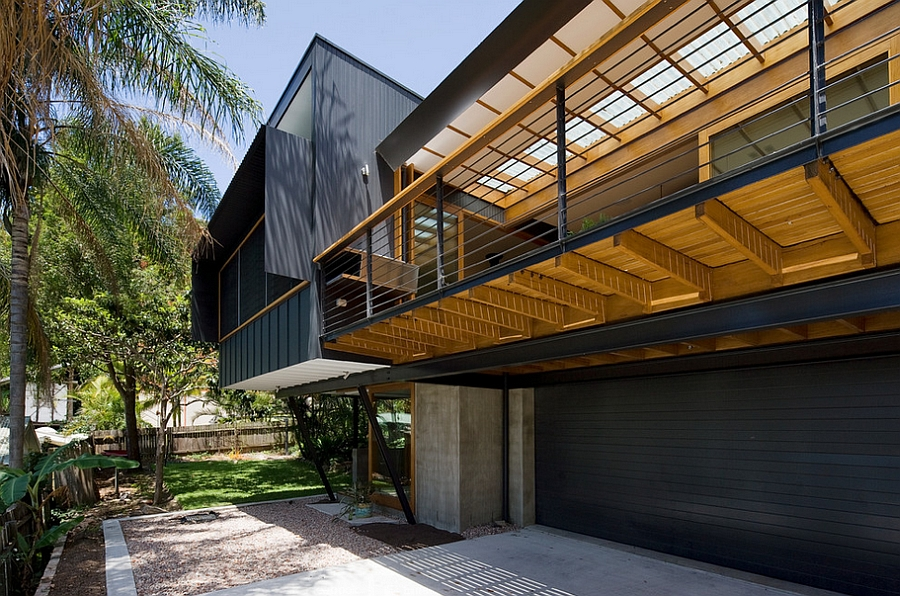 Use of similar colors throughout extends the living spaces outside easily Suburban Sydney House Offers A Tranquil Lifestyle That is Close To Nature