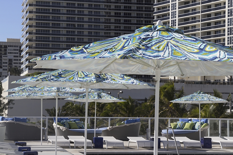 Use the stylish Daybed to complete your pool deck